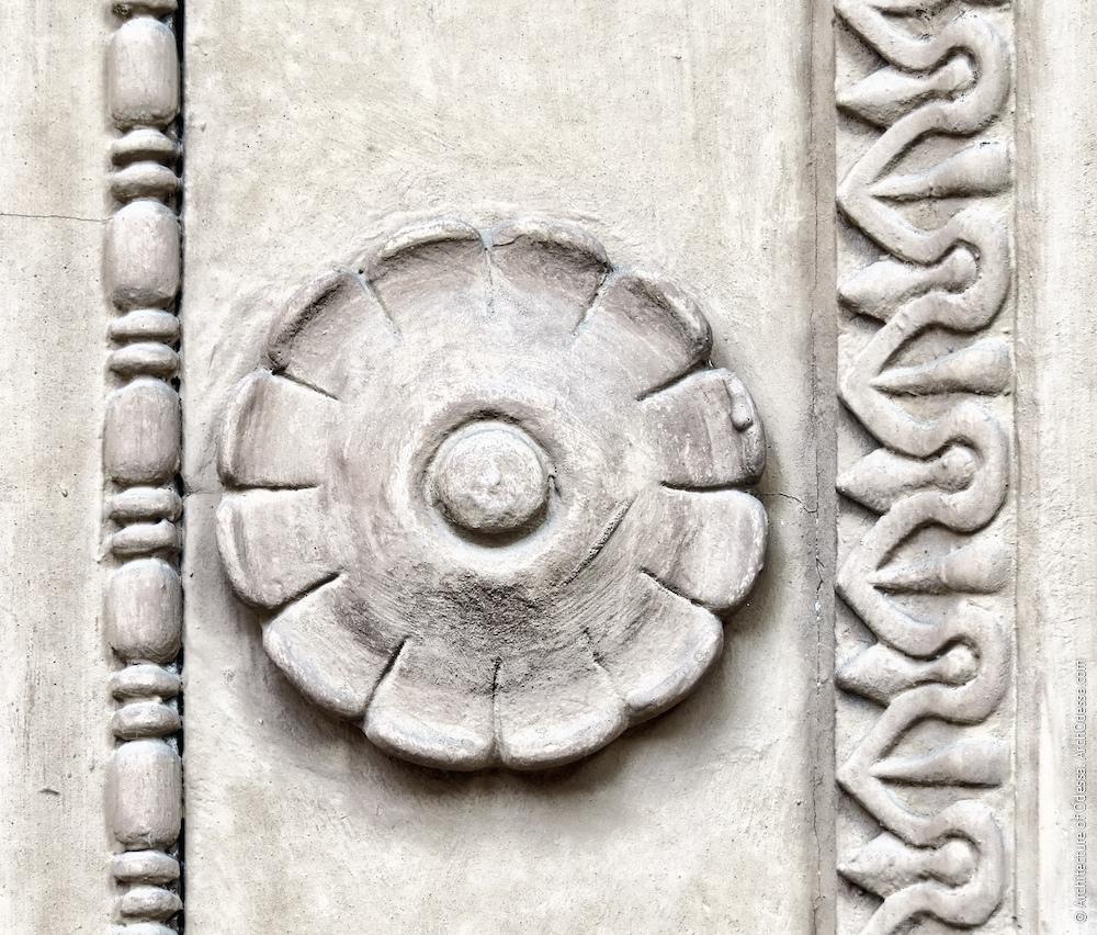 Ліпна деталь дверного порталу