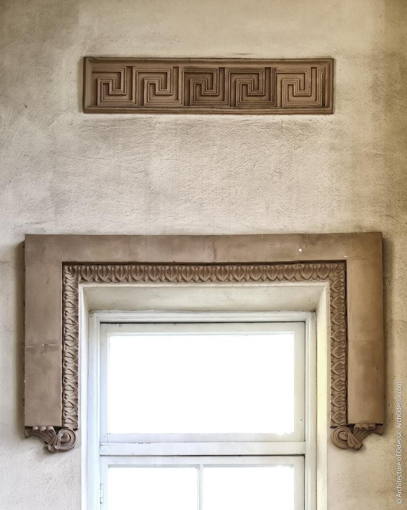 Сандрик віконного прорізу в одному з антів, вигляд з портика
