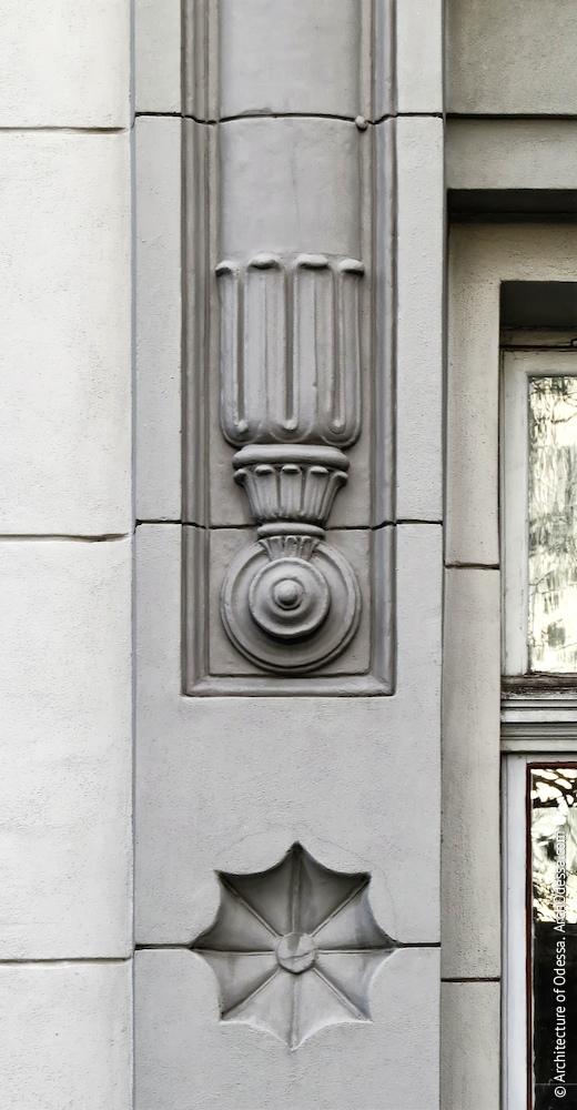 Деталь лиштви, об'єднуючої вікна
