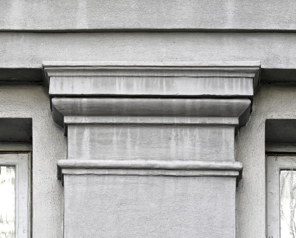 Капітель доричної пілястри між вікнами першого поверху
