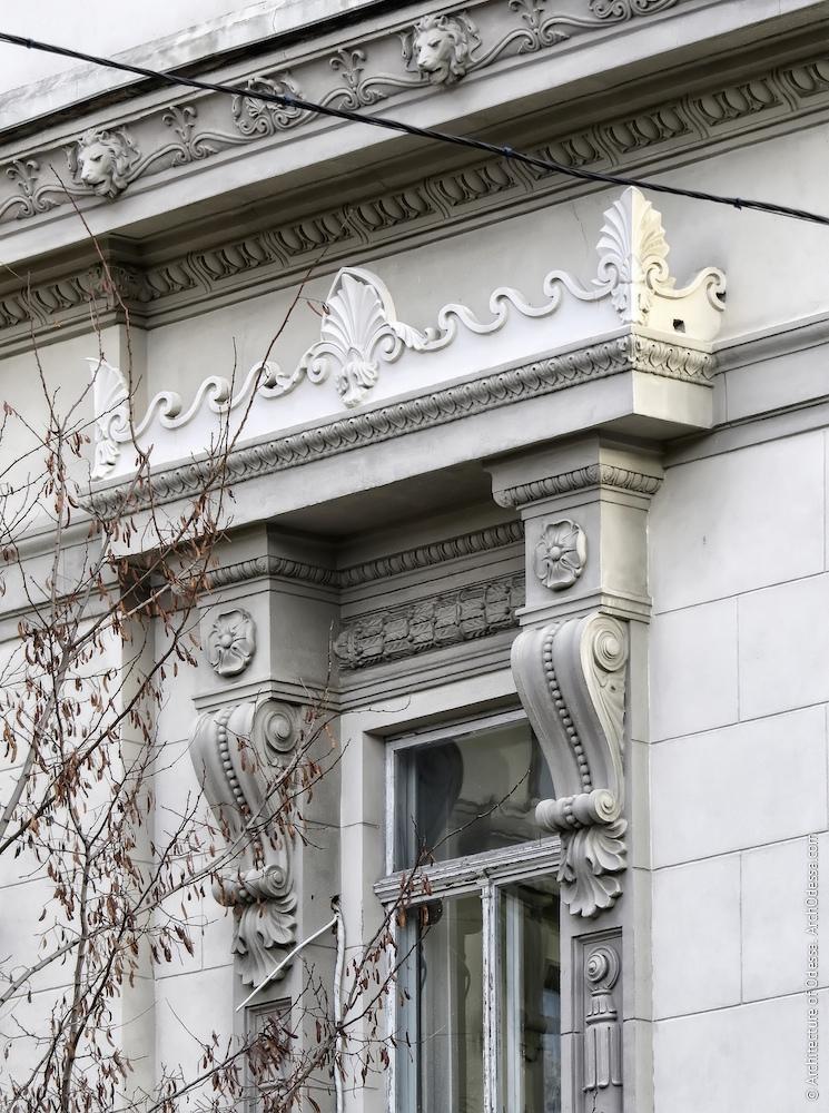 Сандрик над одинарною віконною вертикаллю на бічній стороні центрального крила