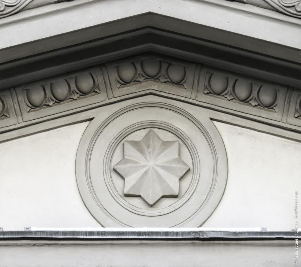 Медальйон в тимпані фронтону