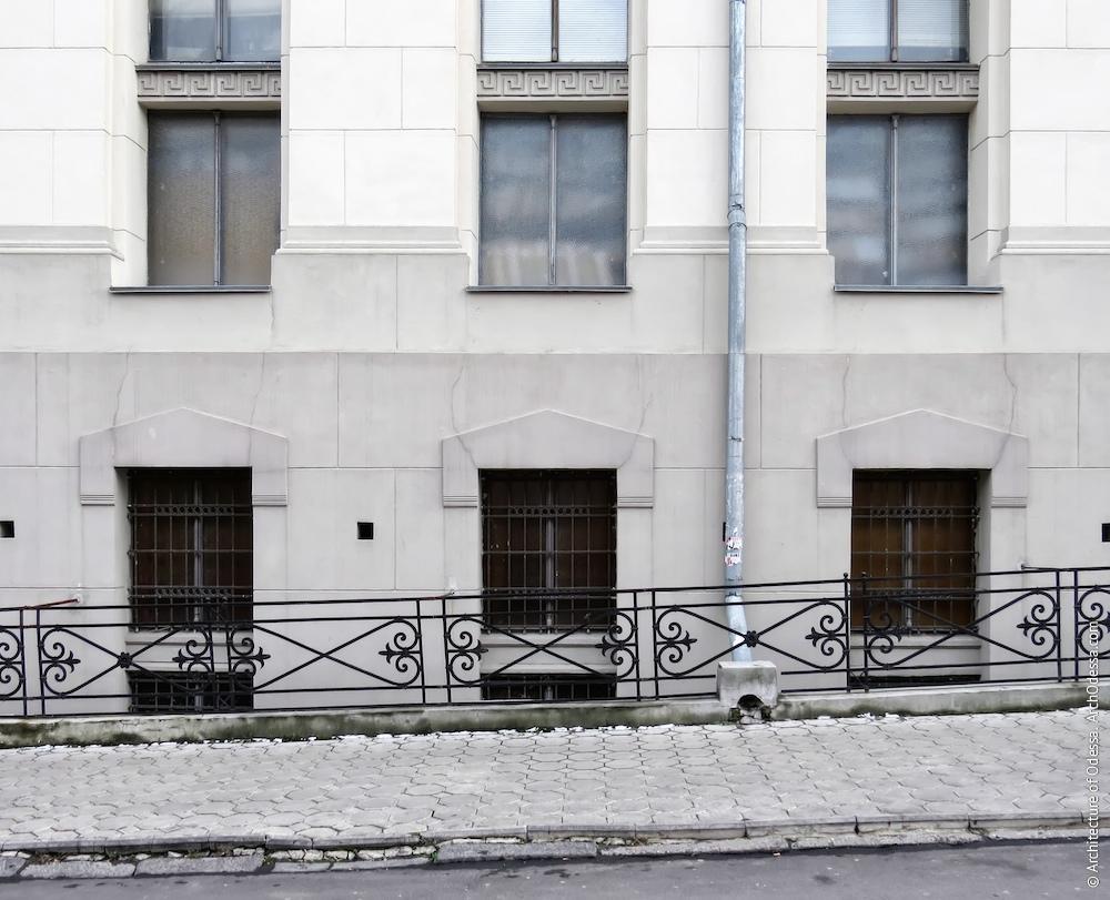 Вікна напівпідвалу з окремими приямками та стриманими сандриками у стилі модернізованого неокласицизму (з боку провулка Ляпунова)
