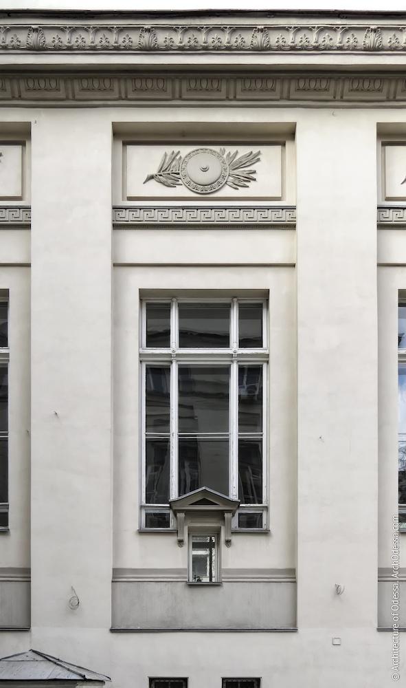 Загальний вигляд одного з вікон читального залу барельєфа над ним