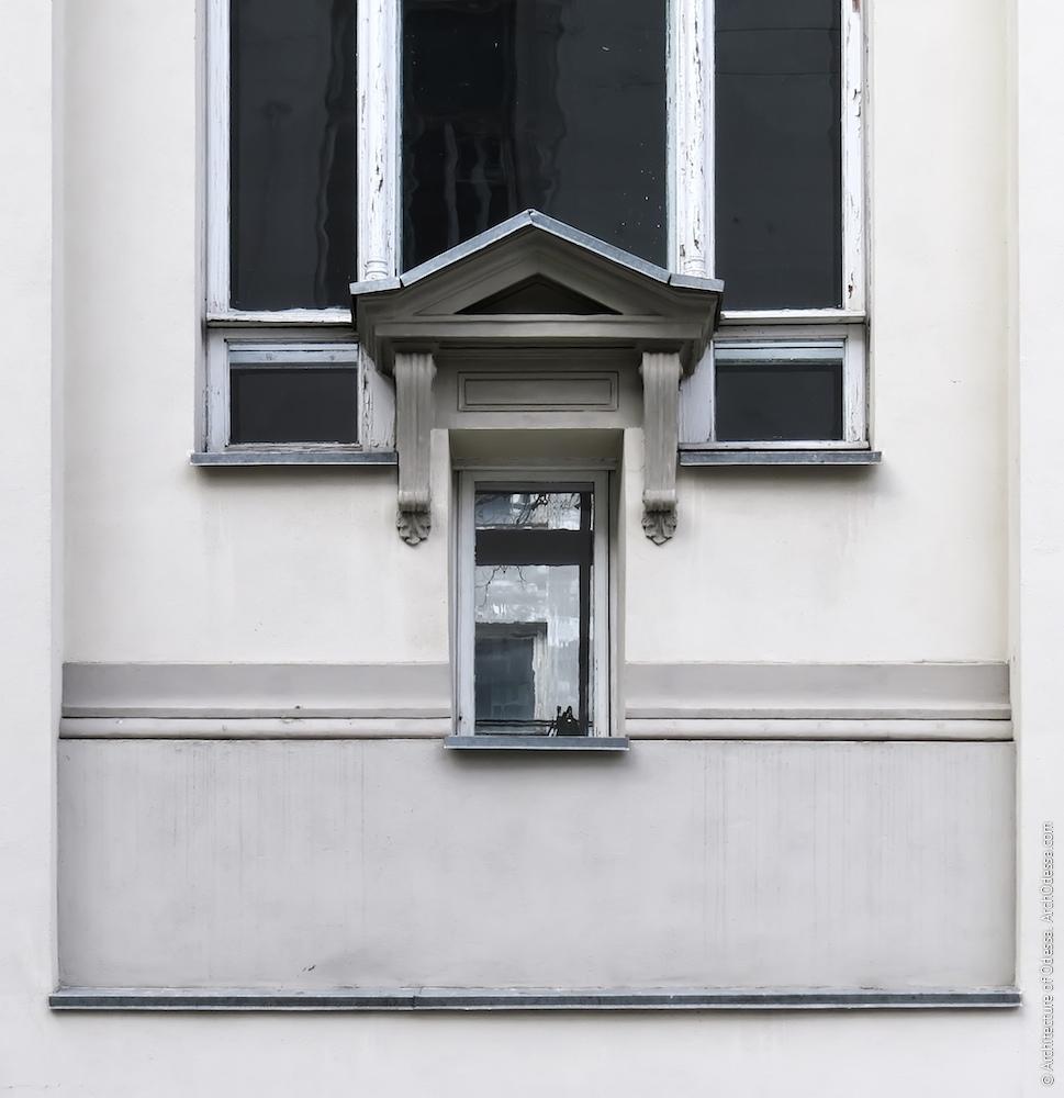 Додатковий малий отвір в нижній частині одного з вікон читального залу