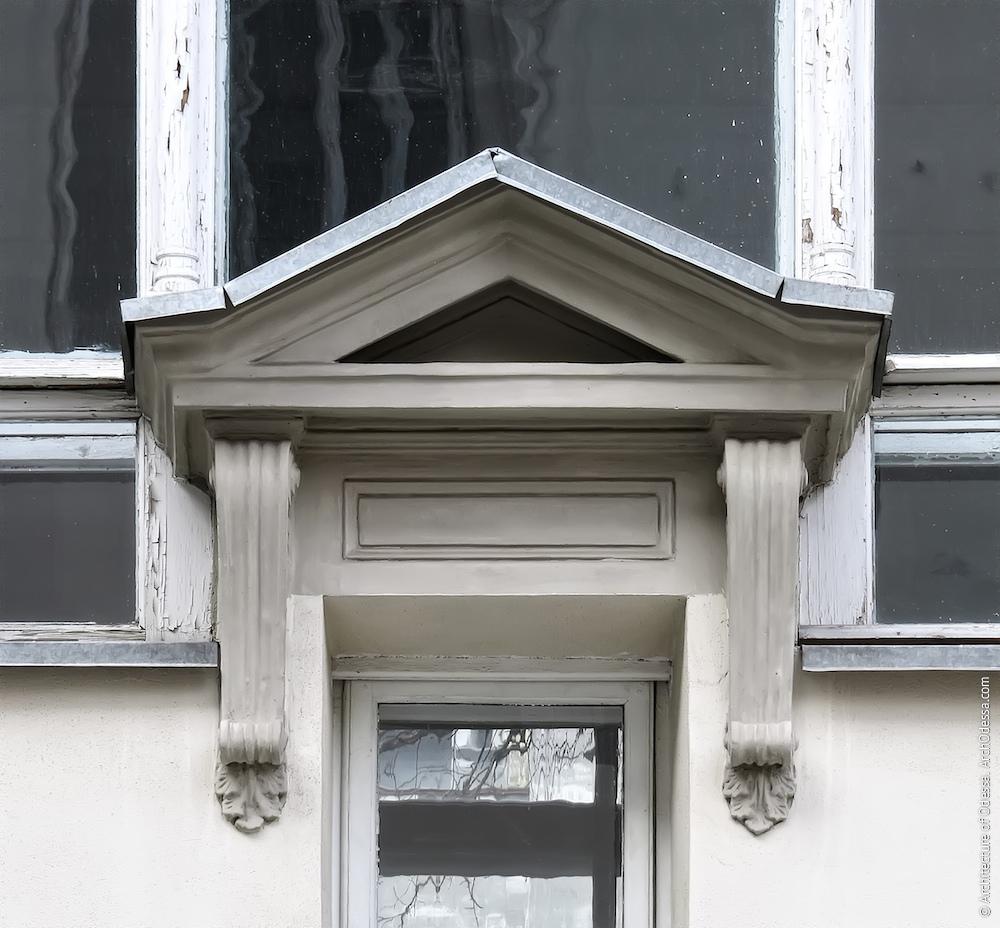 Додатковий малий отвір в нижній частині одного з вікон читального залу, сандрик