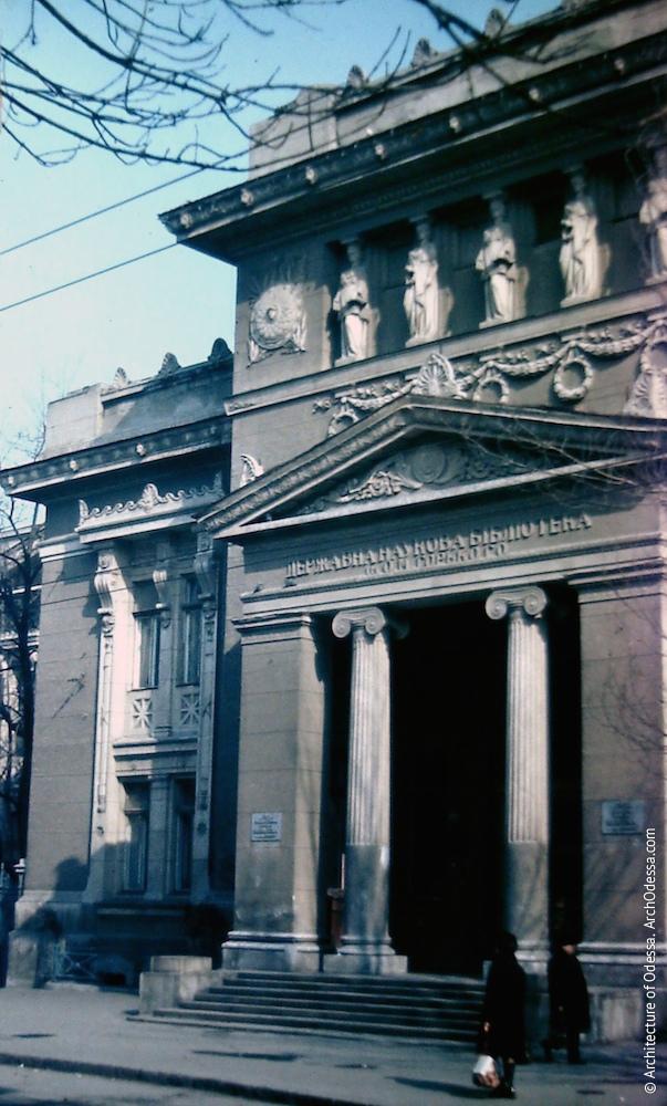 Бібліотека на фото Володимира Георгійовича Нікітенка, 1970-ті роки