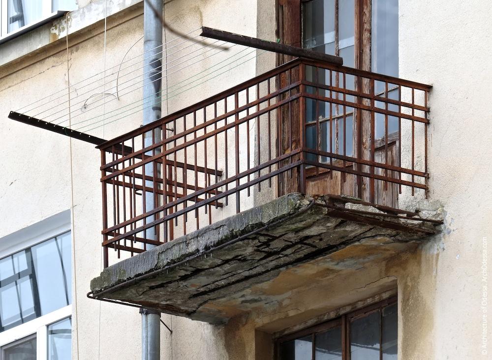 Один из служебных балконов с оригинальными ограждениями