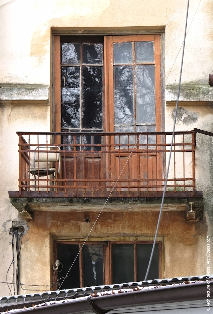 Один из служебных балконов с оригинальными ограждениями и дверь