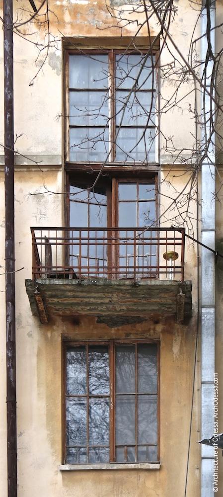 Верхние световые окна одного из подъездов со служебным балконом