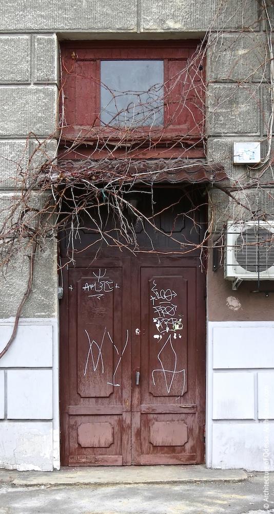 Вход в правосторонний подъезд (дверь вероятно оригинальная)