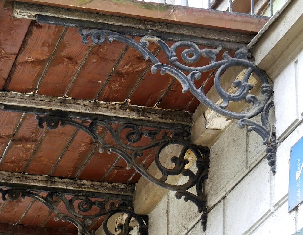 Аутентичные чугунные кронштейны одного из балконов