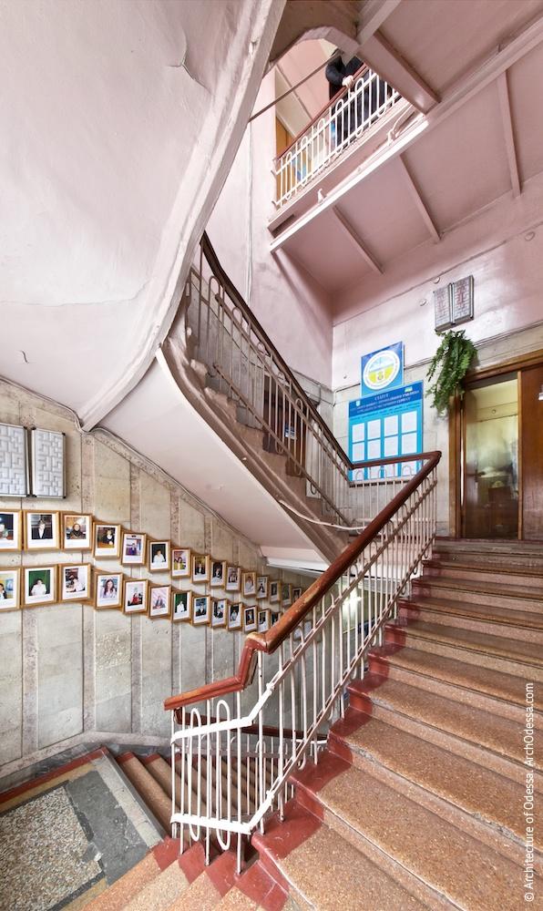 Лестничная клетка с площадки между первым и вторым этажами