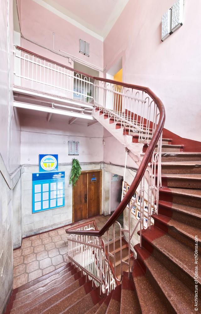 Лестничная клетка с площадки между вторым и третьим этажами