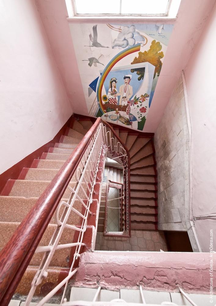 Лестничная клетка с площадки третьего этажа