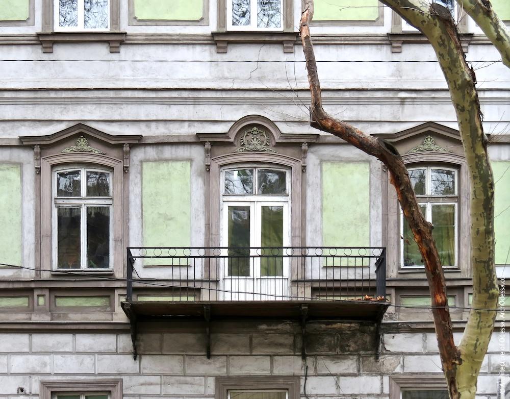 Окна второго этажа с чередующимися сандриками двух типов