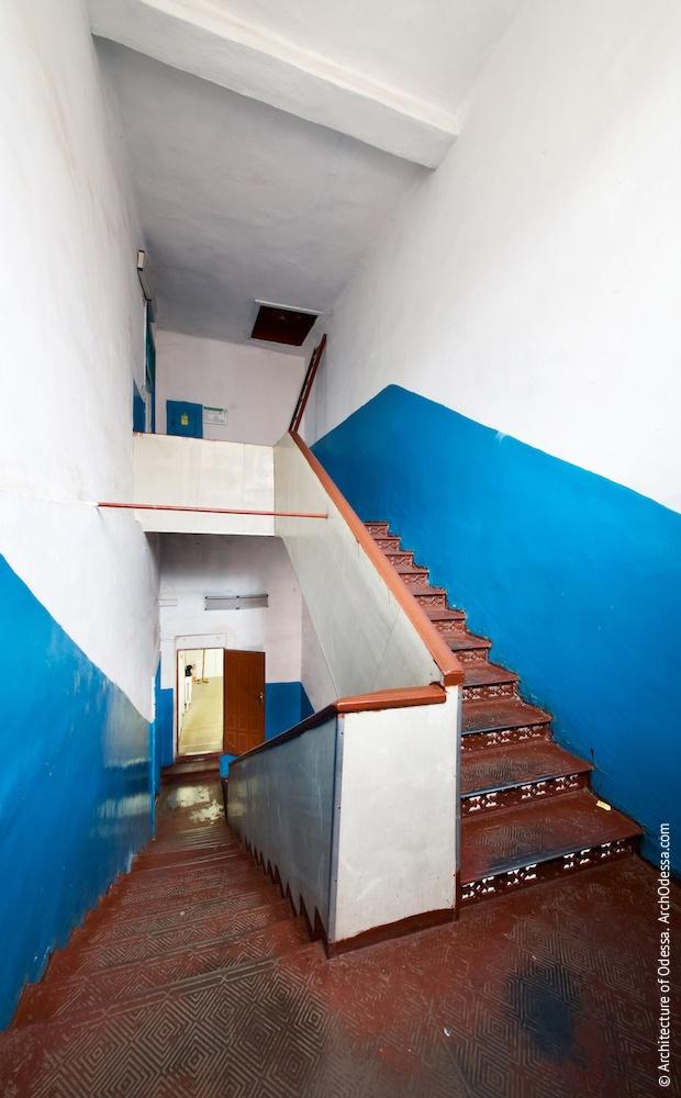 Общий вид с площадки между вторым и третьим этажами