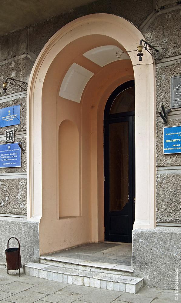 Façade le long de la rue Pouchkine, l'entrée de l'escalier gauche