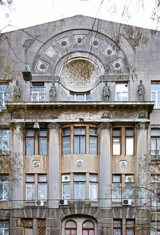 Оформление центральной части фасада по улице Троицкой