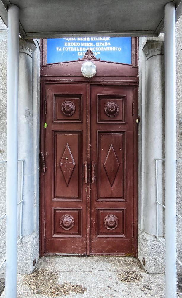 Дверь входа в конторское крыло