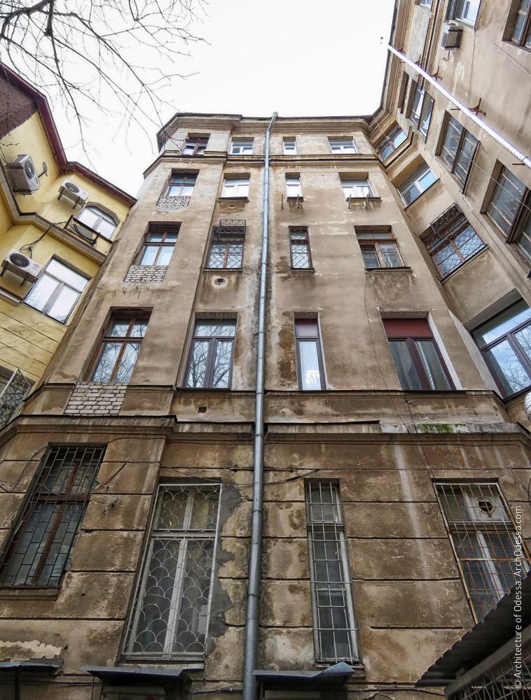 Фрагмент тыльного фасада крыла по Пушкинской, вид снизу вверх