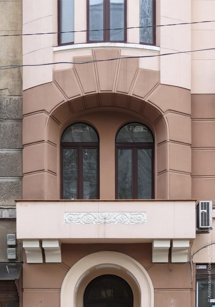 Воссозданный балкон со стороны Пушкинской над входным порталом и лоджия под эркером