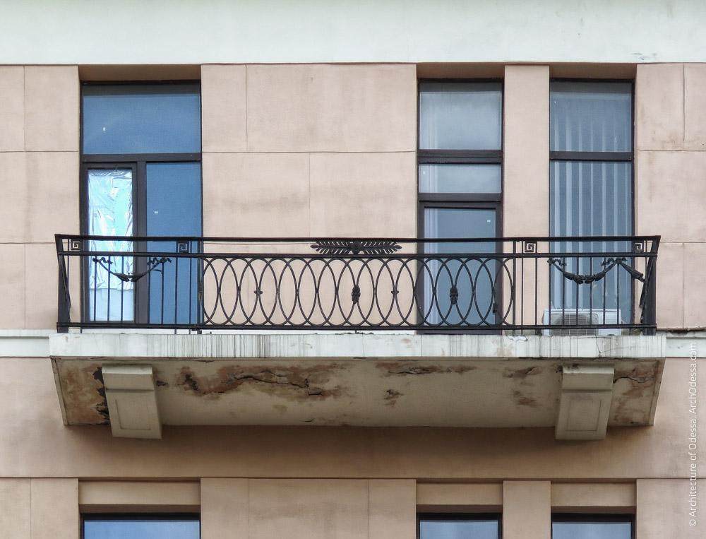 Один из балконов четвертого этажа