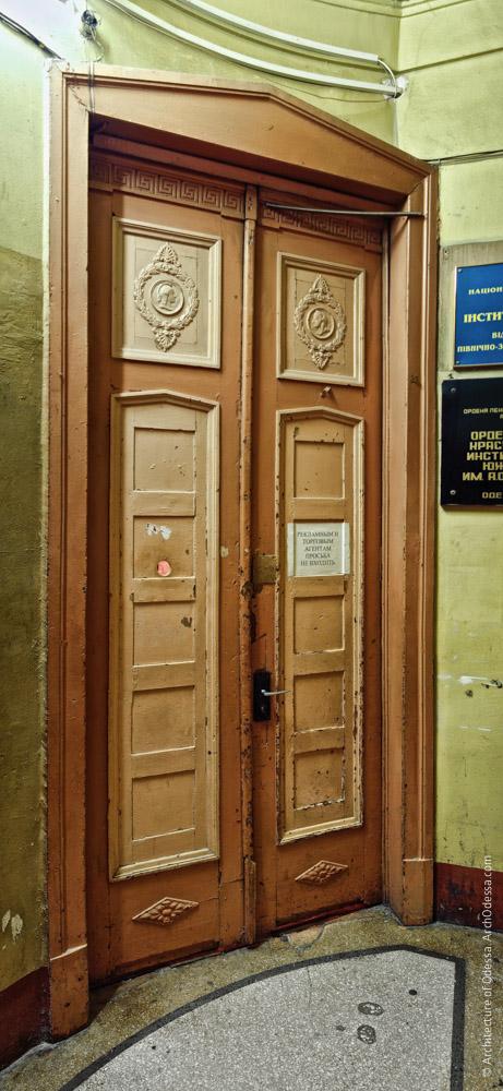 Одна из дверей