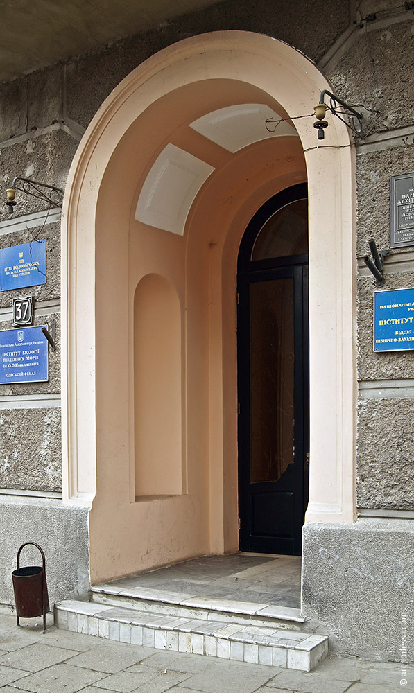 Фасад по Пушкинской, вход в левосторонний подъезд