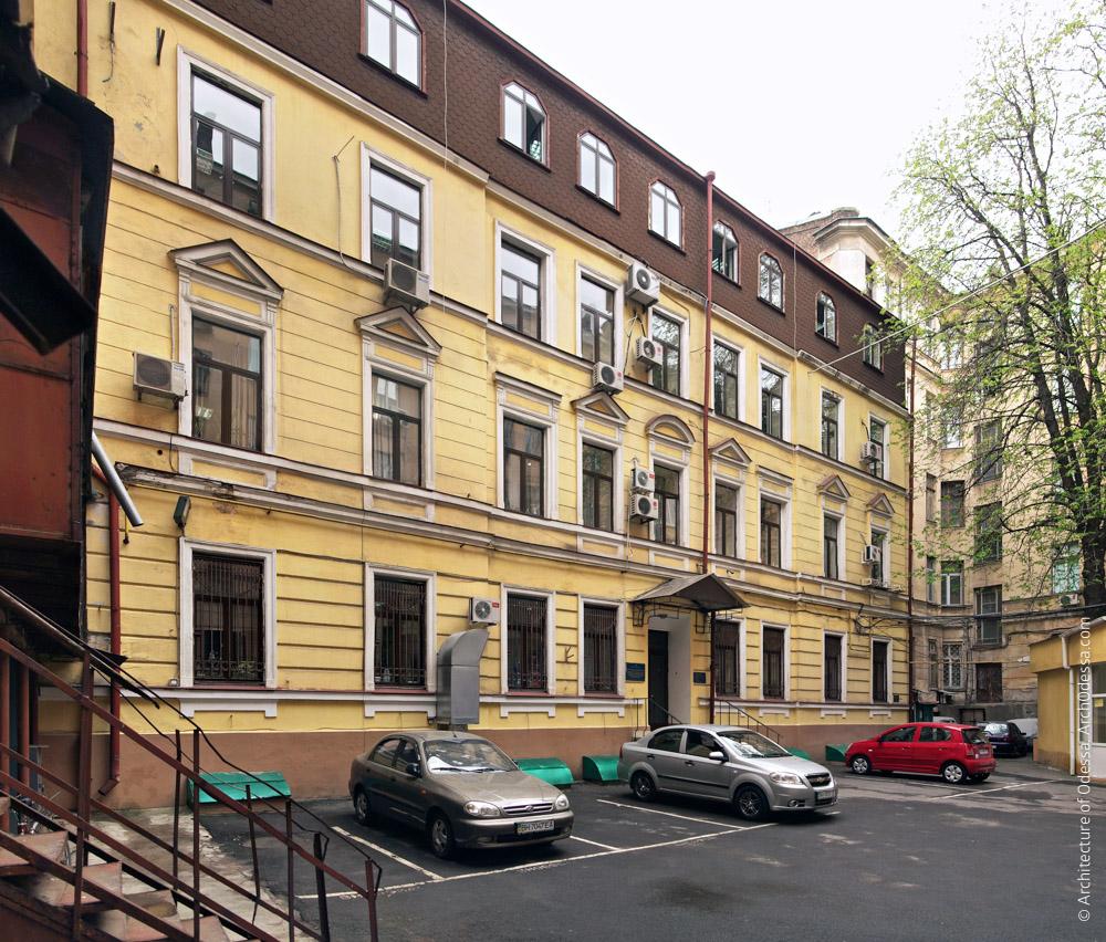 Внутридворовой жилой флигель конца XIX века, старейшая часть застройки участка, общий вид