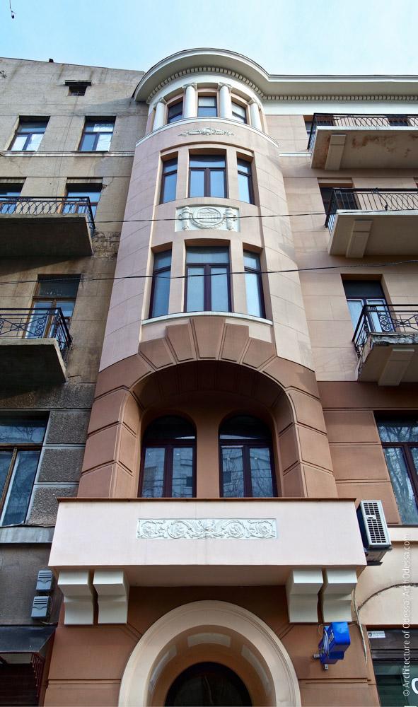Вид на боковой эркер (правосторонний) по улице Пушкинской