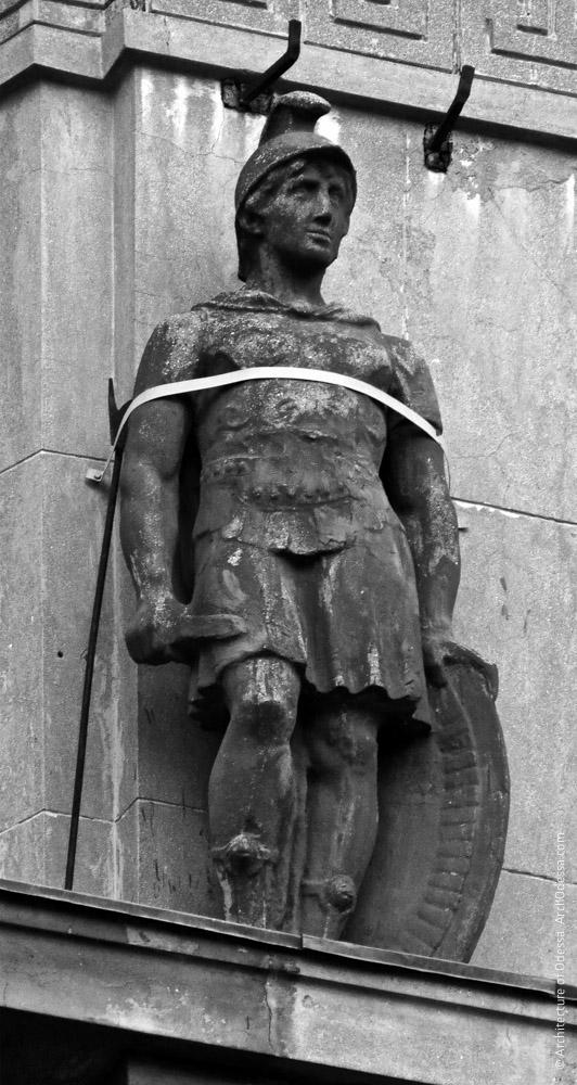 Статуя на антаблементе портика
