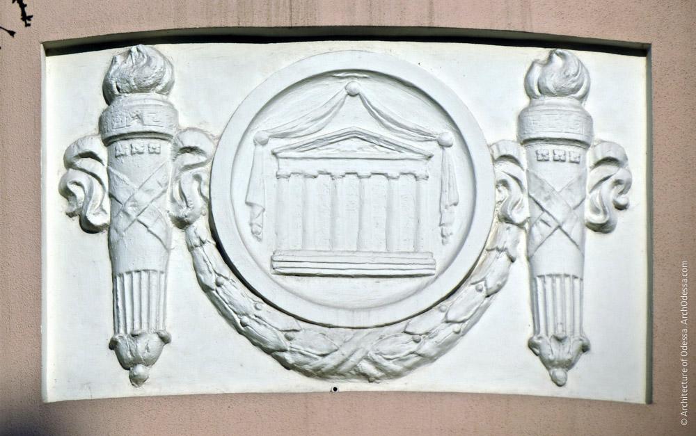 Барельеф бокового эркера над порталом правостороннего подъезда по Пушкинской