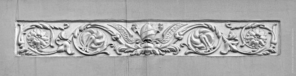 Реконструированный орнамент на воссозданном балконе со стороны Пушкинской