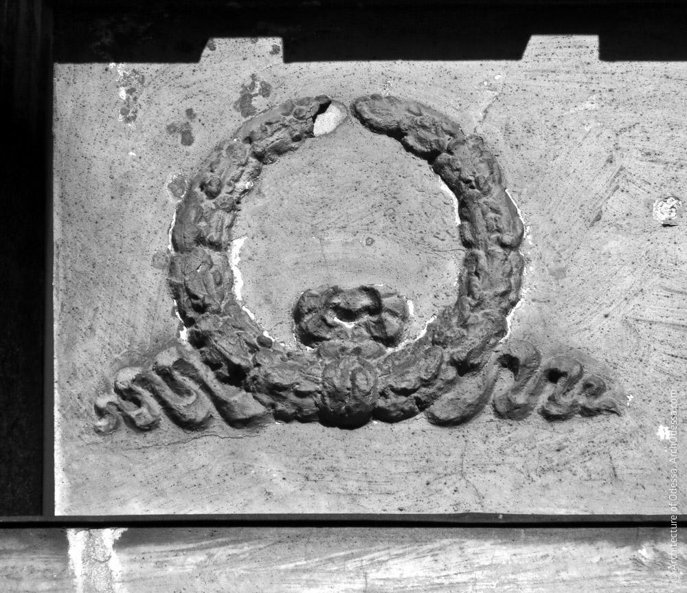 Орнаментальный венок над капителью