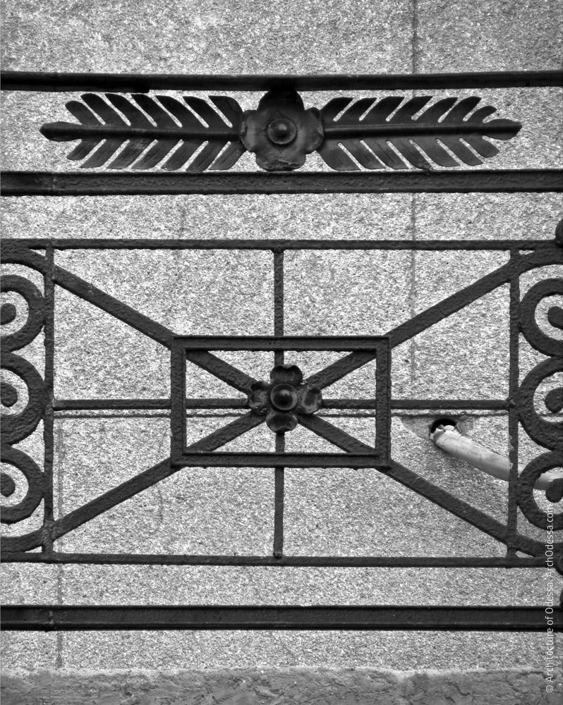 Один из балконов третьего этажа с коваными перилами, фрагмент