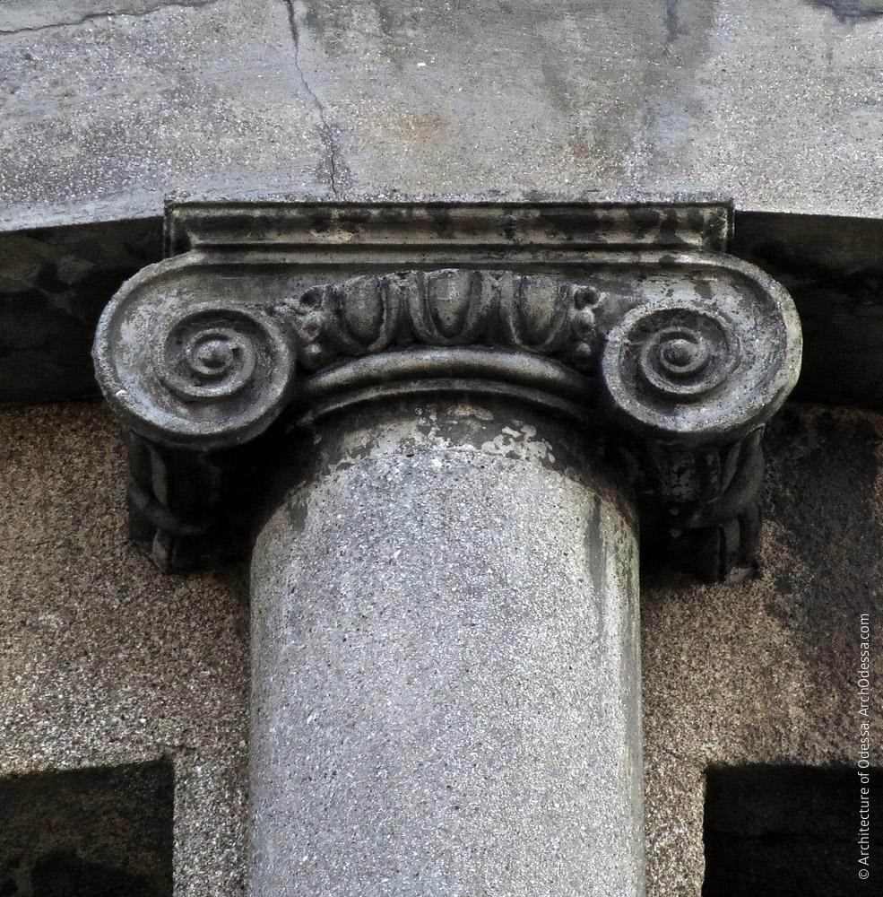 Капитель колонны полуротонды бокового эркера
