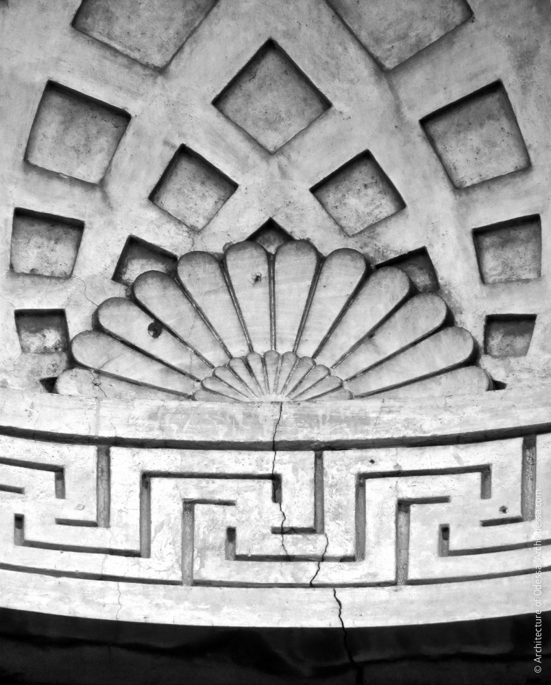 Деталь оформления ниши в центре фронтона