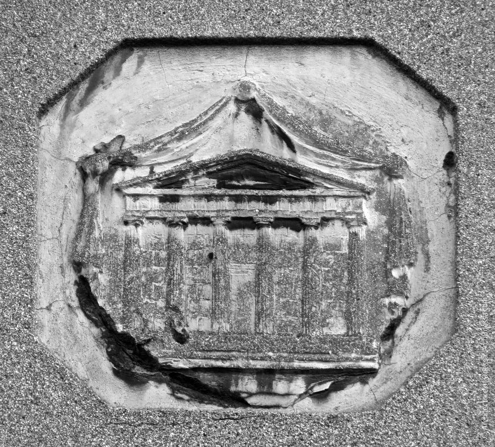 С изображением античного храма