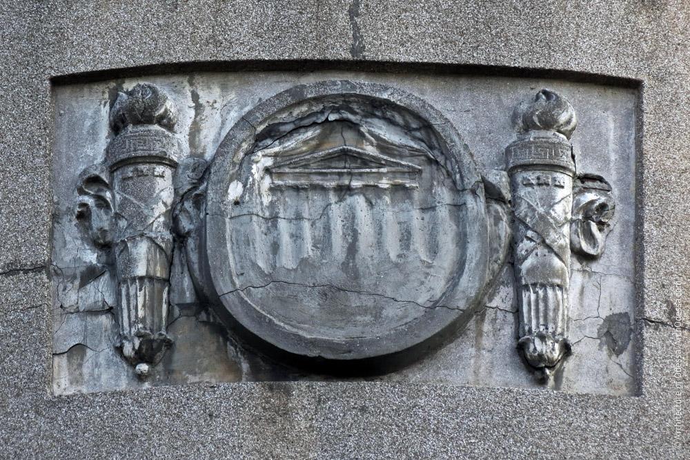 Барельеф, украшающий один из боковых эркеров