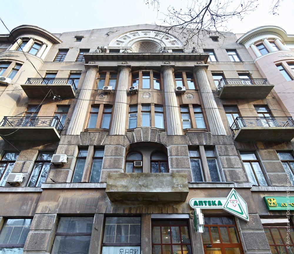 Фрагмент фасада по улице Пушкинской в его центральной части