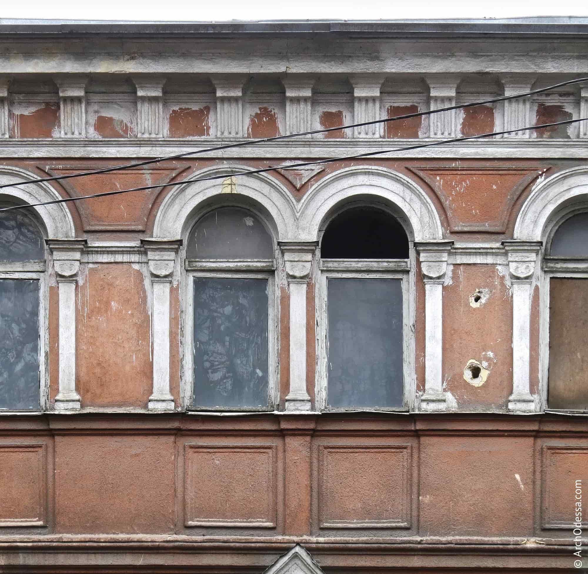 Одна з лиштв здвоєних вікон третього поверху