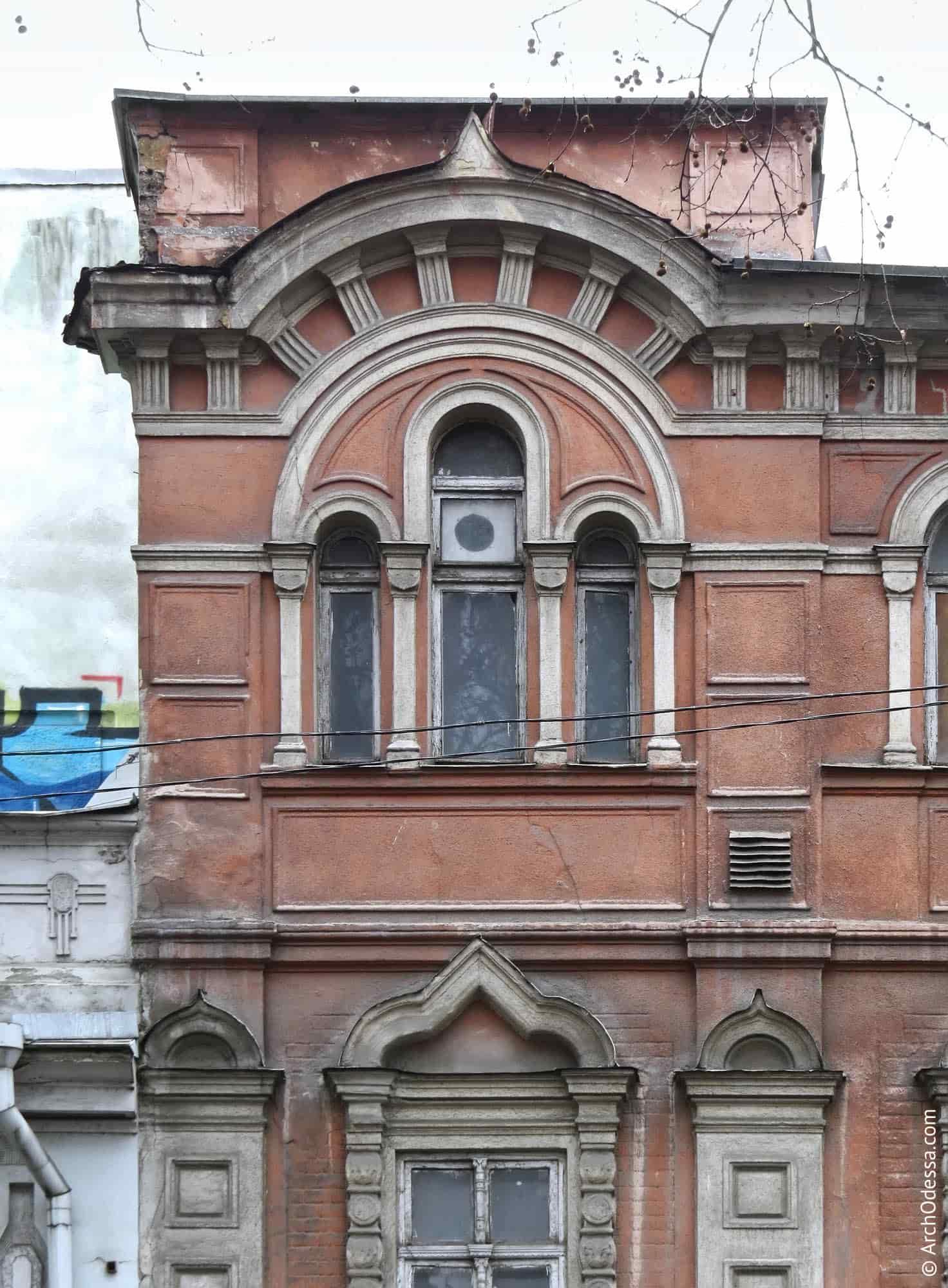 Загальний вигляд згрупованих вікон однієї з крайніх (лівобічної) вісей