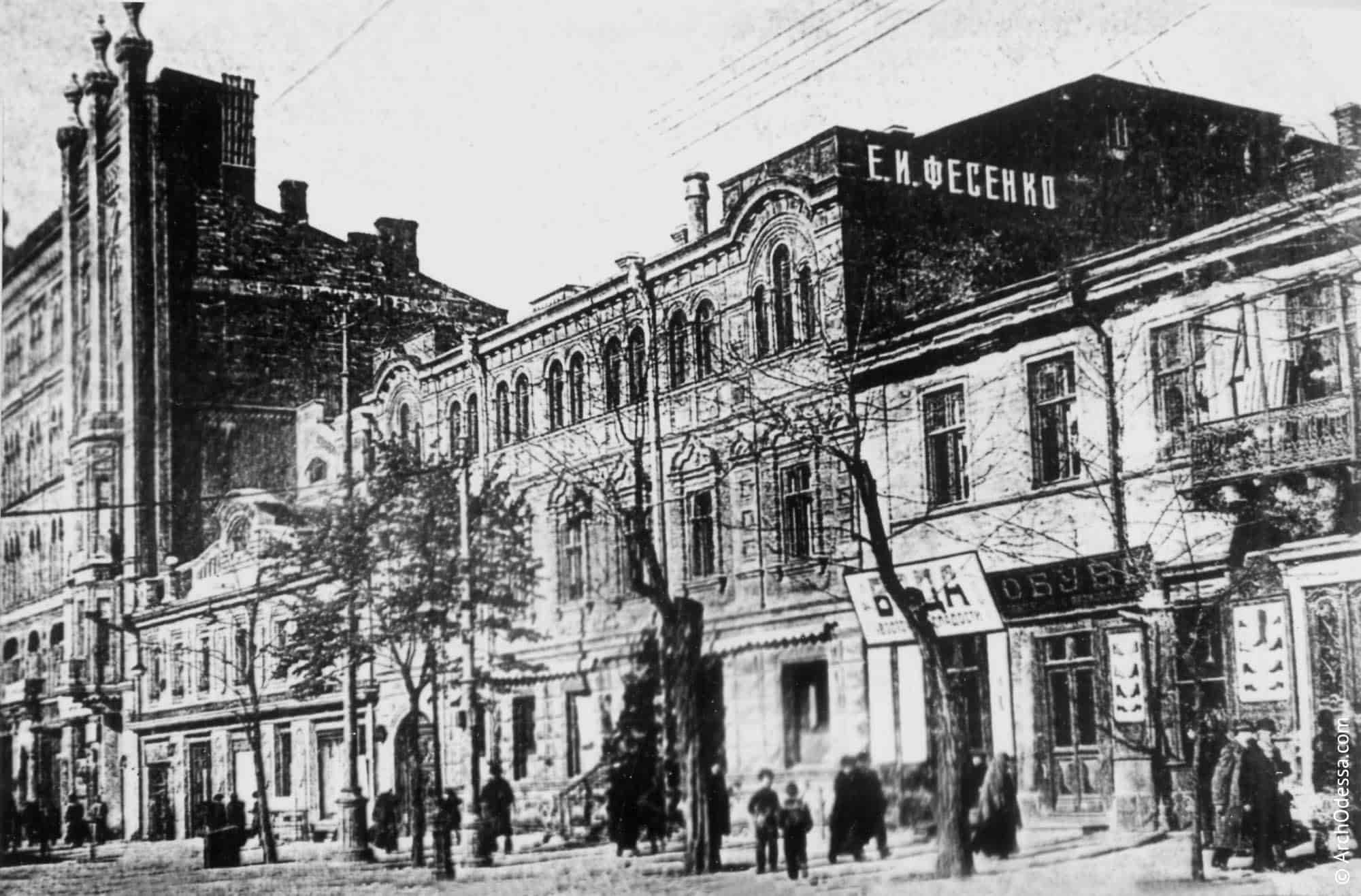Загальний вигляд, зліва розташовані ілюзіон Шостака та прибутковий будинок Нолле