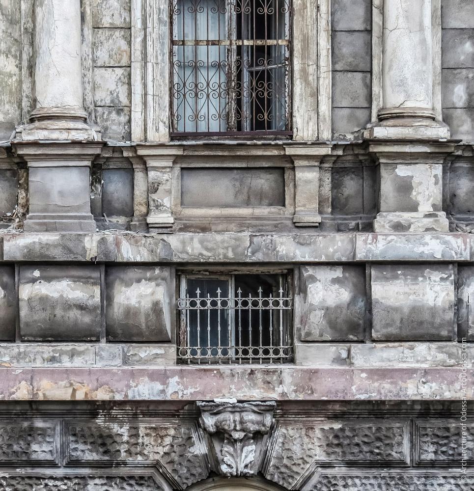 Второй этаж, антрессольное окно и подоконная филенка