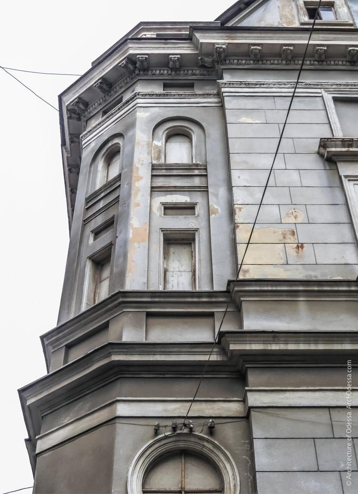 Угловая часть дома, где расположена служебная винтовая лестница, вид снизу вверх