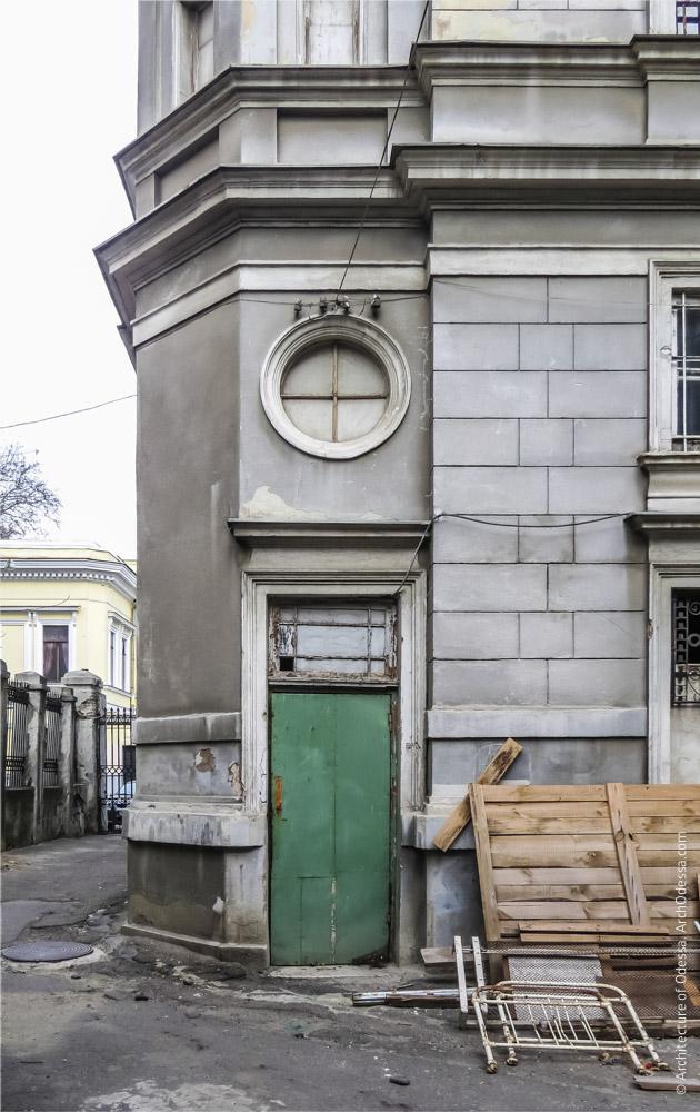 Угловая часть дома, где расположена служебная винтовая лестница, вход
