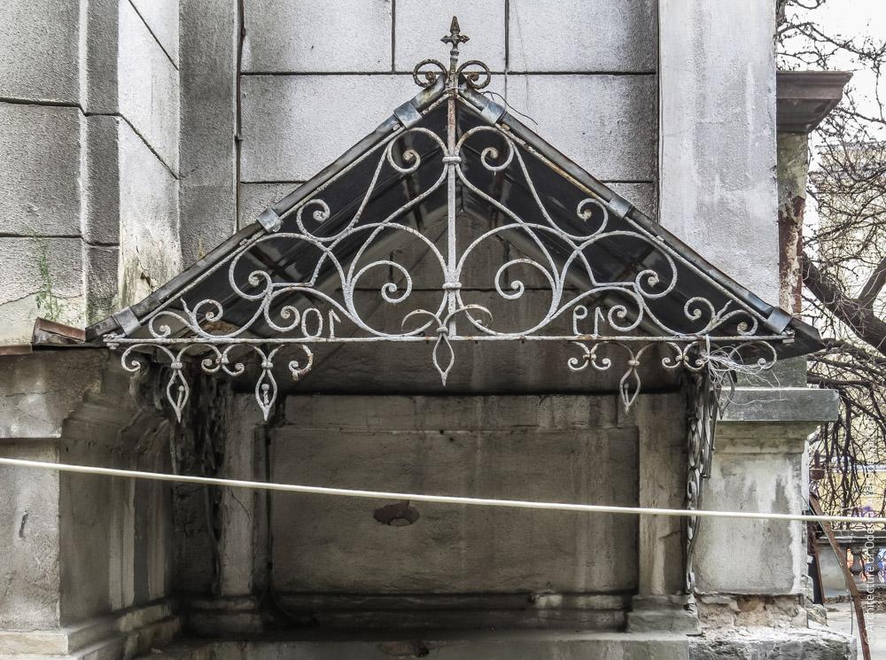 Козырек над входом в служебные помещения полуподвала