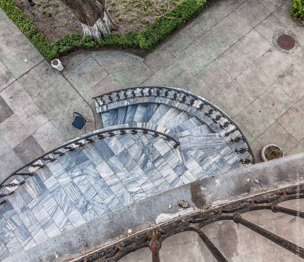 Терраса, левосторонняя лестница (вид с балкона второго этажа)