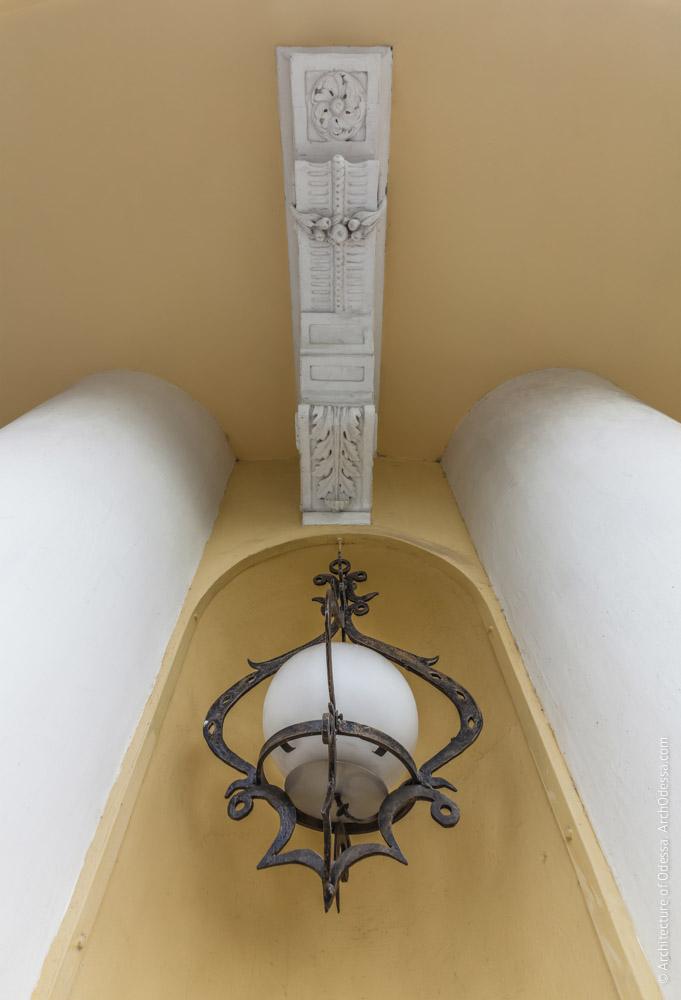 Консоль балконного настила и светильник в нише простенка на первом этаже